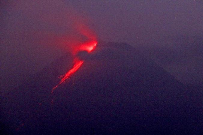 Горячая лава стекает с кратера вулкана Мерапи в Слемане, Джокьякарта, Индонезия, 9 августа 2021 г. (AP Photo / Slamet Riyadi) | Epoch Times Россия