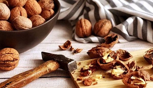 Грецкие орехи богаты омега-3, это отличное средство для улучшения восприятия боли, возникающей в головном мозге. (Image: Marijana via Pixabay)