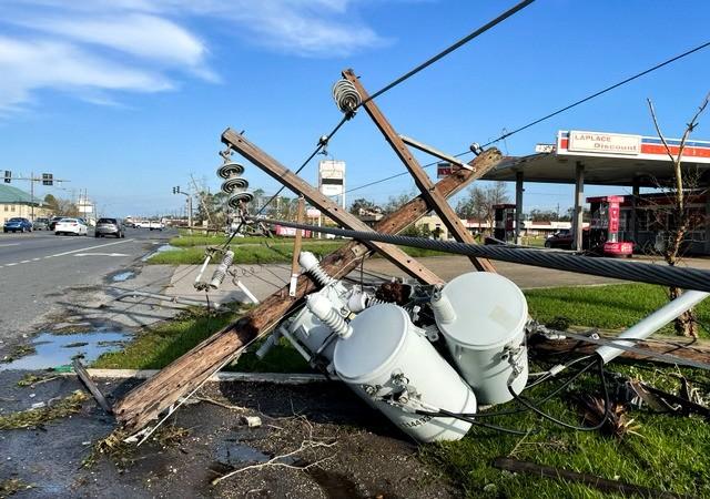 Линии электропередач на Мэйн-стрит обрушены после урагана Ида в Лапласе, штат Луизиана, 31 августа 2021 г. (Charlotte Cuthbertson/The Epoch Times)  | Epoch Times Россия
