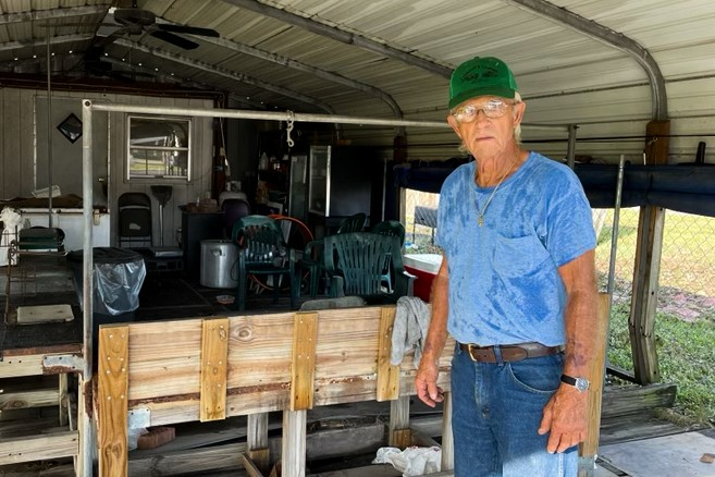78-летний Феррел Бейли убирается после урагана «Ида», обрушившегося на его магазин креветок на Мэйн-стрит в Лапласе, штат Луизиана, 31 августа 2021 г. (Charlotte Cuthbertson/The Epoch Times)