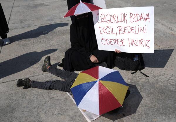 Женщина держит плакат «Свобода не бесплатна. Мы готовы за неё заплатить» во время акции протеста против вакцинации, тестов и масок в Стамбуле, Турция, 11 сентября 2021 г. Murad Sezer / Reuters