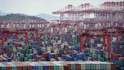 Китайские моряки не могут покинуть суда из-за правил пандемии