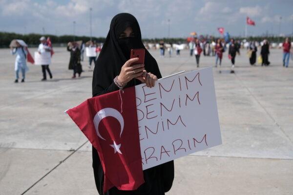 Женщина держит плакат «Моё тело, моё решение» во время акции протеста против вакцинации, тестов и масок в Стамбуле, Турция, 11 сентября 2021 г. Murad Sezer/Reuters