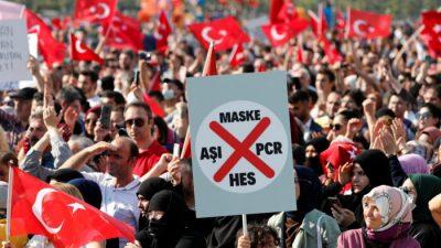 В Турции тысячи людей вышли с протестами против паспортов вакцинации от COVID-19