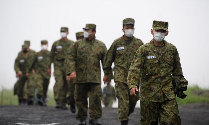Солдаты Сухопутных сил самообороны Японии на учениях с боевой стрельбой на полигоне в районе Восточная Фудзи 22 мая 2021 года в Готемба, Сидзуока, Япония. Akio Kon — Pool/Getty Images   Epoch Times Россия