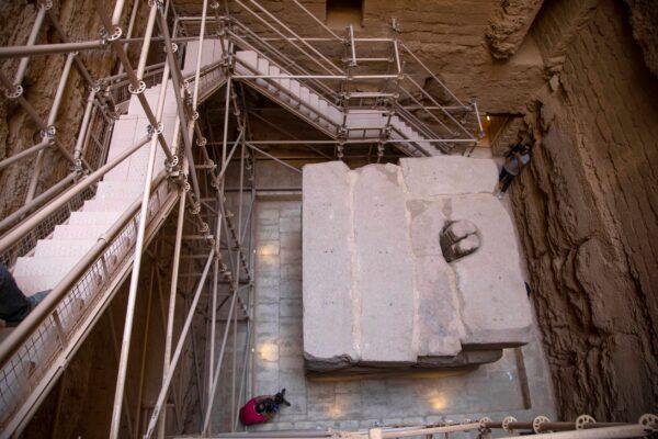 Журналисты фотографируют Южную гробницу фараона Джосера после её реставрации, недалеко от знаменитой Ступенчатой пирамиды, в Саккаре, к югу от Каира, Египет, 14 сентября 2021 г. Nariman El-Mofty/AP Photo