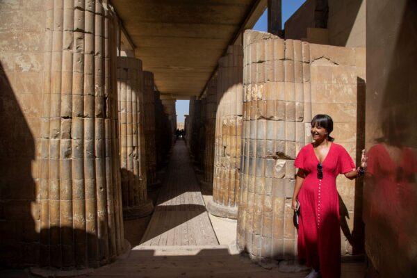 Турист слушает гида у входа в Южную гробницу фараона Джосера рядом со знаменитой Ступенчатой пирамидой в Саккаре к югу от Каира, Египет, 14 сентября 2021 г. Nariman El-Mofty/AP Photo