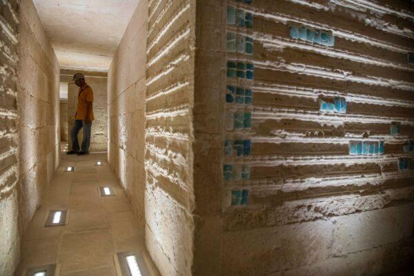 Рабочий стоит в Южной гробнице фараона Джосера рядом со знаменитой Ступенчатой пирамидой в Саккаре к югу от Каира, Египет, 14 сентября 2021 г. Nariman El-Mofty/AP Photo