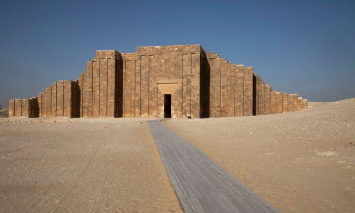 Дорожка ведёт к входу в Южную гробницу фараона Джосера рядом со знаменитой Ступенчатой пирамидой в Саккаре к югу от Каира, Египет, 14 сентября 2021 г. Nariman El-Mofty/AP Photo | Epoch Times Россия