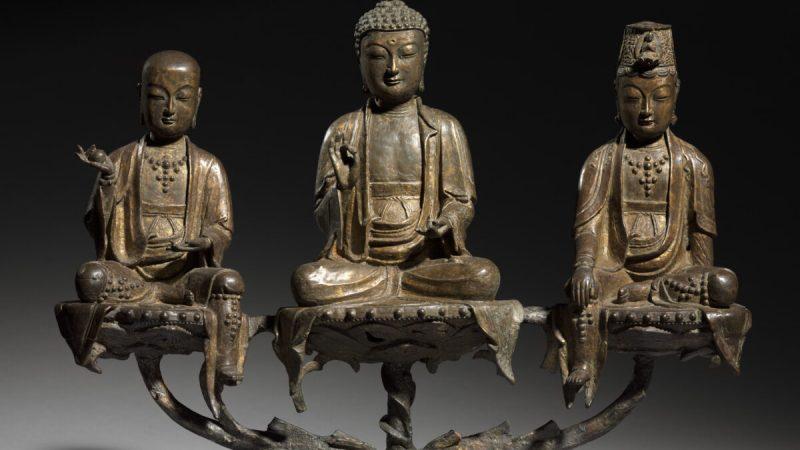 Редкая ивеличественная «Триада Амитабха» XVвека изКливлендского музея искусств изображает трёх божеств, занимающих центральное место вбуддийской вере. Наэтом некогда священном сокровище буддистов остался лишь намёк напозолоту, однако сияющая безмятежность божеств, сидящих вмедитации, сгодами непотускнела. | Epoch Times Россия