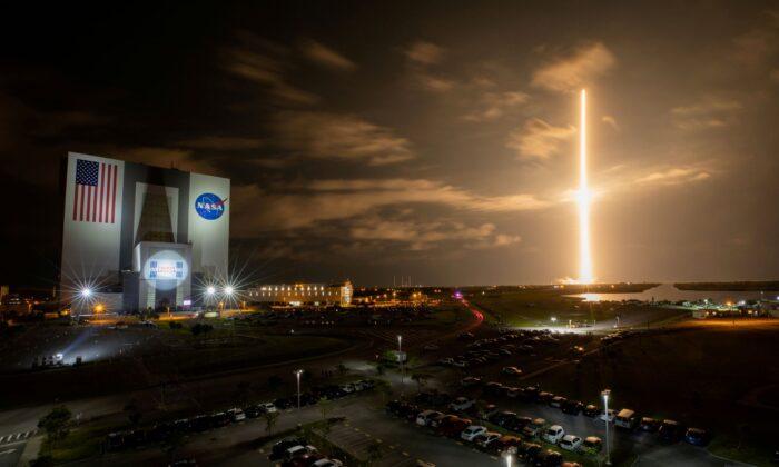 SpaceX готовится отправить наорбиту первую гражданскую команду