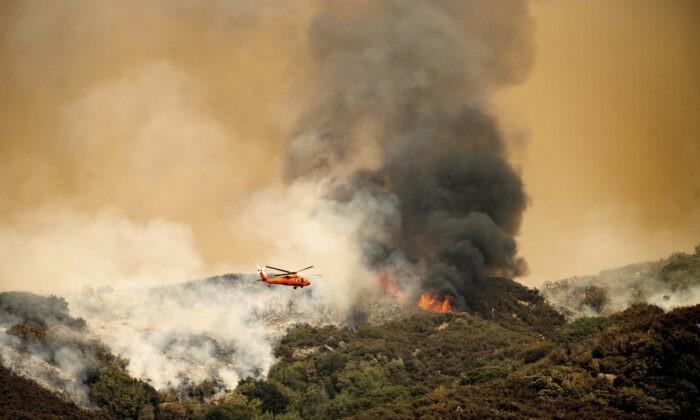 Тушение пожара в национальном парке Секвойя, Калифорния, 15 сентября 2021 г. (Noah Berger/AP Photo)   Epoch Times Россия