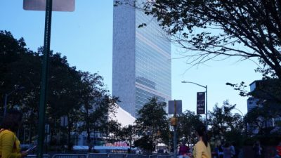 Приверженцы Фалуньгун протестуют у здания ООН против преступлений компартии Китая