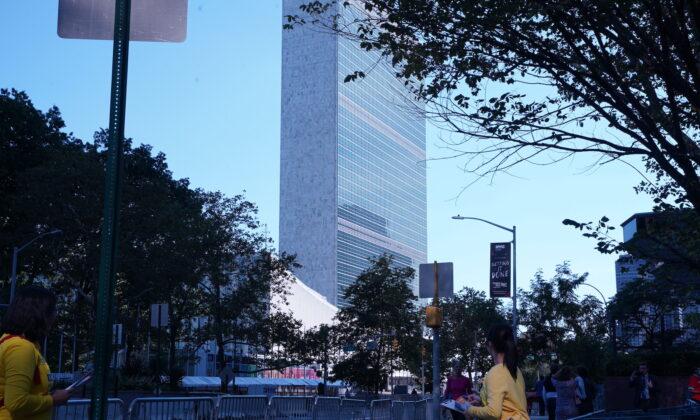 Практикующие Фалуньгун  у здания ООН в Нью-Йорке 25 сентября 2021 года. (Enrico Trigoso/The Epoch Times) | Epoch Times Россия