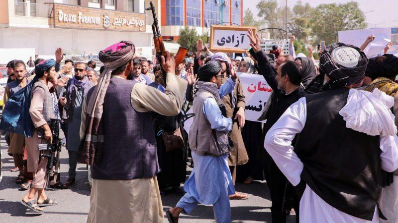 Бойцы «Талибана» пытаются остановить протестующих, выкрикивающих лозунги во время антипакистанской акции возле посольства Пакистана в Кабуле, Афганистан, 7 сентября 2021 г. Stringer / Reutersии.   Epoch Times Россия
