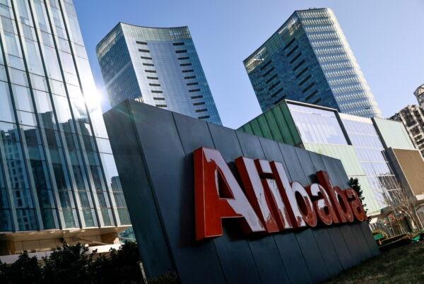 Логотип Alibaba Group в её офисе в Пекине, Китай, 5 января 2021 г. (Thomas Peter / Reuters)