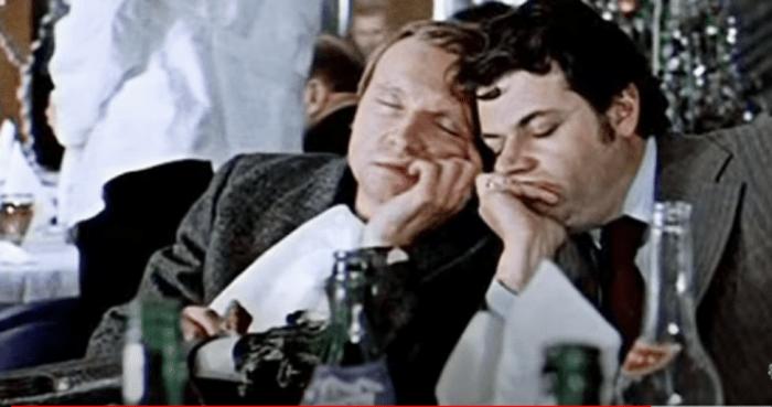 Пропаганда в кино. Кадр из фильма «С лёгким паром». Скриншот/youtube.com