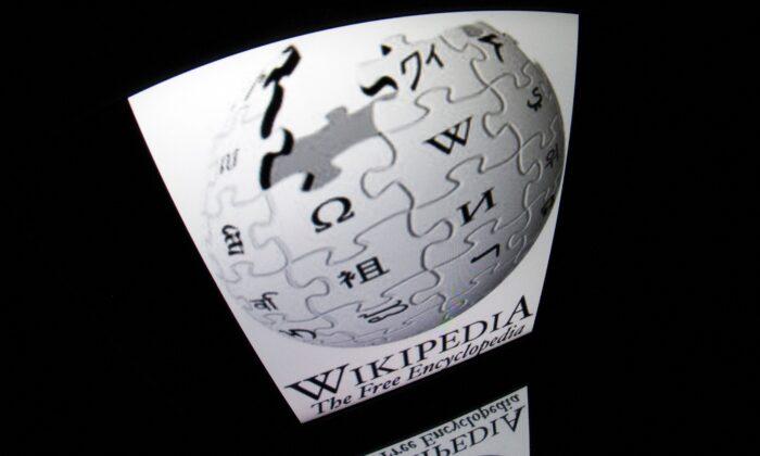 Логотип «Википедии» виден на экране планшета в Париже, Франция, 4 декабря 2012 г. Lionel Bonaventure/AFP via Getty Images | Epoch Times Россия