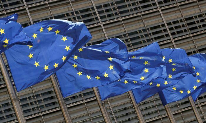 Флаги Европейского Союза у штаб-квартиры Комиссии ЕС в Брюсселе, Бельгия, 5 мая 2021 г. (Yves Herman / Reuters)   Epoch Times Россия