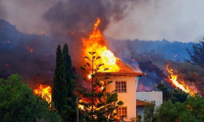 Лава сожгла дом после извержения вулкана в национальном парке Кумбре Вьеха на Канарском острове Ла-Пальма, 20 сентября 2021 г. (Borja Suarez / Reuters)   Epoch Times Россия