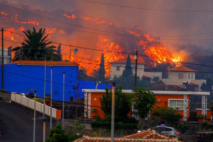 Население испанского острова Ла-Пальма спасается бегством от извергающейся лавы