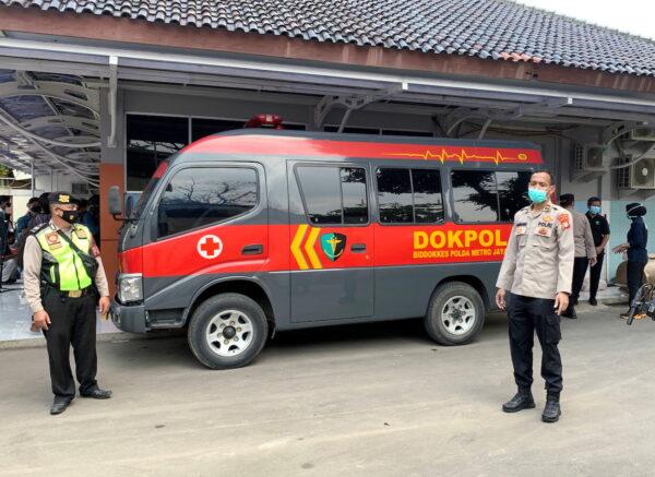 Полицейский автомобиль возле больницы Тангеранг, куда привезли останки людей, погибших в результате пожара в тюрьме Тангеранг, в провинции Бантен, Индонезия, 8 сентября 2021 г. (Yuddy Cahya / Reuters)