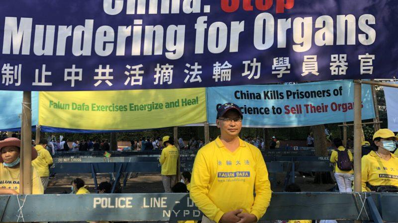 Том Тан у здания ООН в Нью-Йорке распространяет информацию о преследовании Фалуньгун компартией Китая, 25 сентября 2021 года. (Enrico Trigoso/The Epoch Times)   Epoch Times Россия