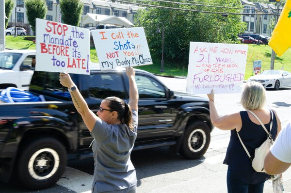 Непривитые медицинские работники США протестуют против вакцинации