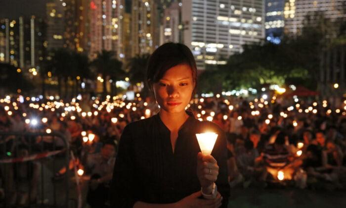 Десятки тысяч людей участвуют в акции со свечами в память о жертвах резни на Тяньаньмэнь. Парк Виктория в Гонконге 4 июня 2015 г. Kin Cheung / AP Photo | Epoch Times Россия
