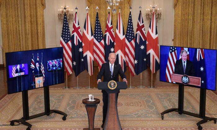 Президент Джо Байден выступает во время встречи с премьер-министром Австралии Скоттом Моррисоном (слева) и премьер-министром Великобритании Борисом Джонсоном (справа) в Восточной комнате Белого дома 15 сентября 2021 года. Win McNamee / Getty Images | Epoch Times Россия