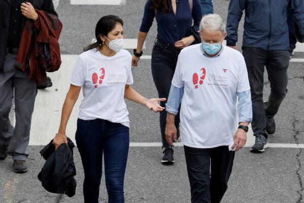 Вина Наджибулла, жена Майкла Коврига, разговаривает с министром иностранных дел Канады Марком Гарно во время акции протеста по случаю 1000 дней с момента ареста Коврига и Майкла Спавора в Китае. Оттава, 5 сентября 2021 года. Reuters/Blair Gable