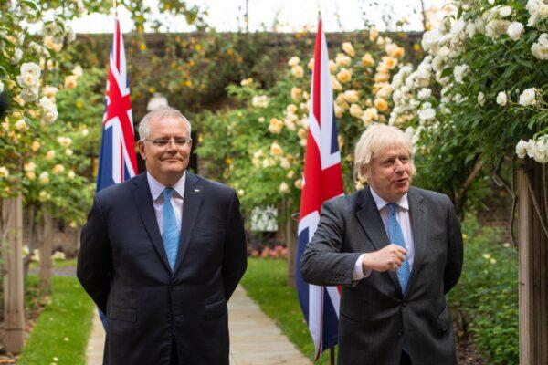 Премьер-министр Борис Джонсон и премьер-министр Австралии Скотт Моррисон в саду на Даунинг-стрит, 10, Лондон, Великобритания, 15 июня 2021 г. Dominic Lipinski/PA