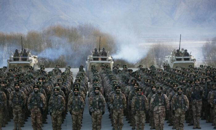 Солдаты Народно-освободительной армии Китая собираются во время военных учений в горах Памира в Кашгаре, регион Синьцзян на северо-западе Китая, 4 января 2021 г. STR / AFP via Getty Images | Epoch Times Россия