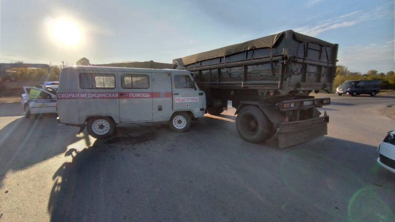 Скорая помощь врезалась в грузовик  КАМАЗ. 02.mchs.gov.ru/CC BY 4.0 | Epoch Times Россия
