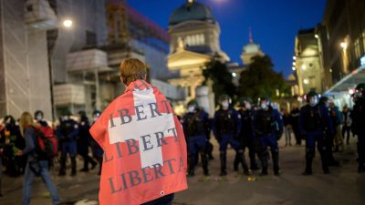 Протесты против мер COVID-19 охватили Швейцарию