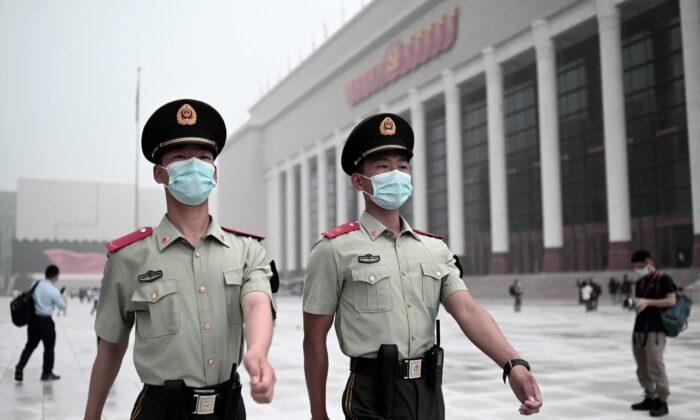 Военизированные полицейские проходят мимо Музея коммунистической партии Китая в Пекине, 25 июня 2021 г. Noel Celis/AFP via Getty Images | Epoch Times Россия