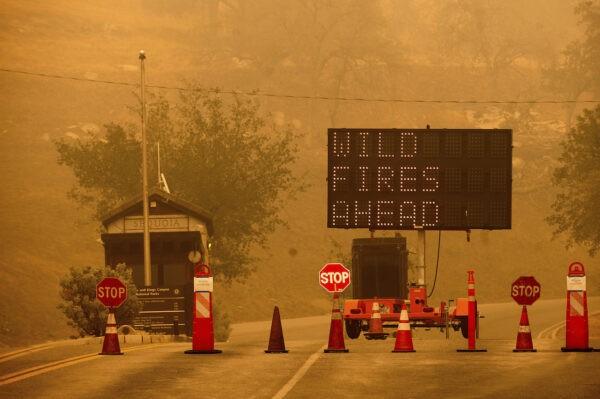 Пожарные перекрыли вход в национальный парк Секвойя, Калифорния, 15 сентября 2021 г.(Noah Berger/AP)