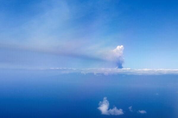 Облако дыма от извергающегося вулкана в национальном парке Кумбре Вьеха на Канарском острове Ла-Пальма, Испания, видно с самолёта 23 сентября 2021 г. Jon Nazca / Reuters
