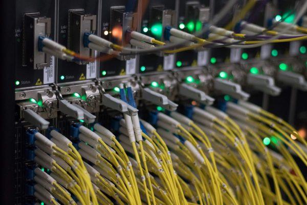Кабели на серверах в интернет-центре обработки данных во Франкфурте-на-Майне, западная Германия, 25 июля 2018 г. Yann Sschreiber/AFP/Getty Images