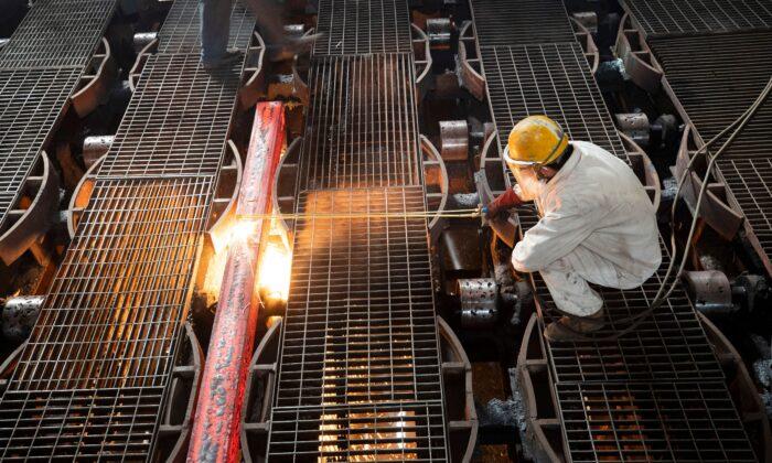 Рабочий делает прут на сталелитейном заводе в Ляньюньгане, провинция Цзянсу, Китай, 12 февраля 2021 г. AFP via Getty Images | Epoch Times Россия
