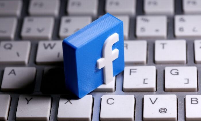 Напечатанный на 3D-принтере логотип Facebook лежит на клавиатуре 25 марта 2020 г. Dado Ruvic / Reuters | Epoch Times Россия