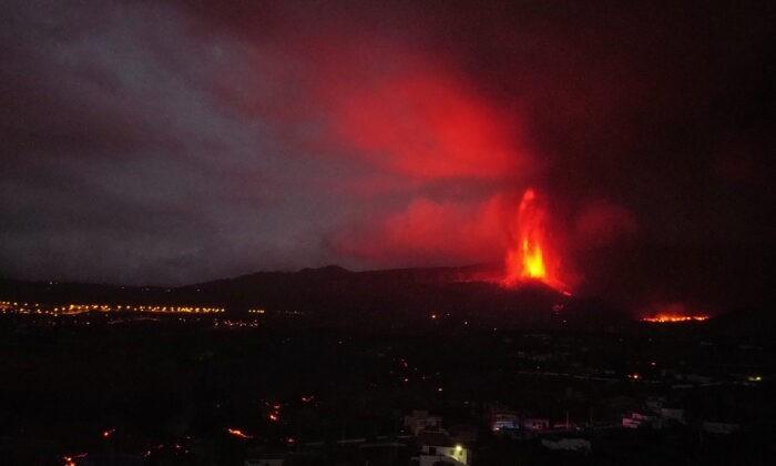 Лава и дым поднимаются из извергающегося вулкана в Лос-Льянос-де-Аридане на Канарском острове Ла-Пальма, Испания, 22 сентября 2021 г. Nacho Doce/Reuters   Epoch Times Россия