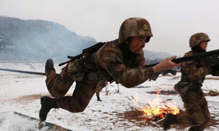Солдаты Народно-освободительной армии Китая (НОАК) принимают участие в военных учениях после снегопада в Тяньшуе, провинция Ганьсу, Китай, 24 января 2018 г. Getty Images | Epoch Times Россия