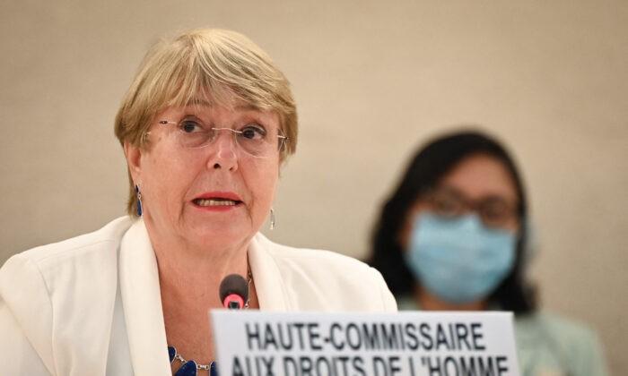 Верховный комиссар ООН по правам человека Мишель Бачелет выступает с речью на открытии специальной сессии Совета ООН по правам человека по Афганистану в Женеве 24 августа 2021 г.