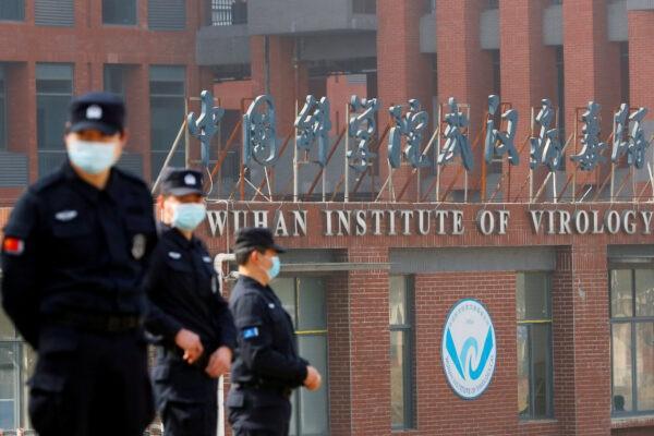 Сотрудники службы безопасности следят за границами Уханьского института вирусологии во время визита группы Всемирной организации здравоохранения (ВОЗ), которой было поручено расследовать происхождение COVID-19, в Ухане, провинция Хубэй, Китай, 3 февраля 2021 г. Thomas Peter/Reuters