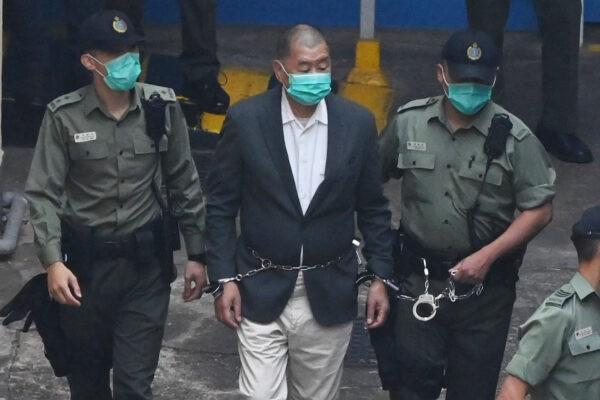 Гонконгского медиа-магната Джимми Лая ведут в суд, где ему предъявят обвинение в соответствии с введённым Пекином законом о национальной безопасности, 12 декабря 2020 г. Peter Parks/AFP via Getty Images