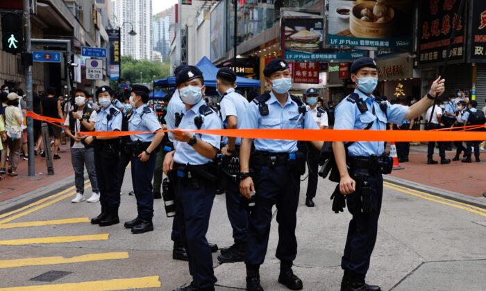 Полиция стоит на страже в Козуэй-Бэй в Гонконге, 1 июля 2021 г. Tyrone Siu/Reuters | Epoch Times Россия