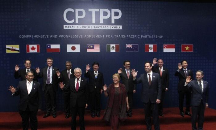 Министры иностранных позируют для официального снимка перед подписанием переименованного тихоокеанского торгового пакта с 11 странами — всеобъемлющего и прогрессивного соглашения о Транстихоокеанском партнёрстве, в Сантьяго, Чили, 8 марта 2018 года. CLAUDIO REYES/AFP via Getty Images   Epoch Times Россия
