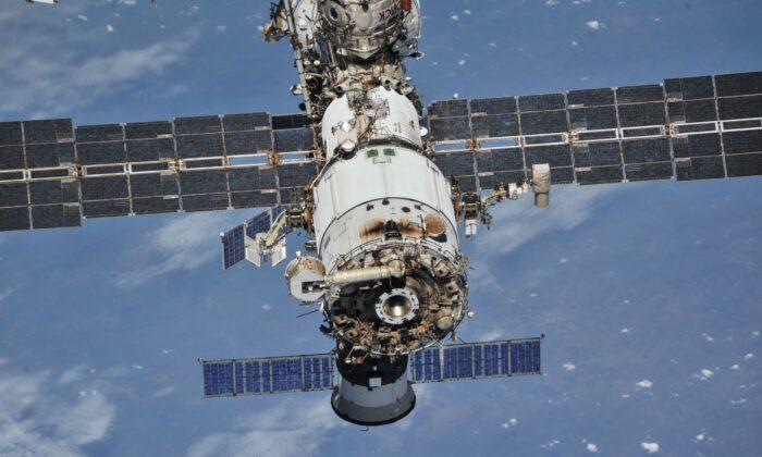 Международная космическая станция (МКС) сфотографирована с космического корабля «Союз» после расстыковки, 4 октября 2018 г. NASA/Roscosmos/Handout via Reuters | Epoch Times Россия