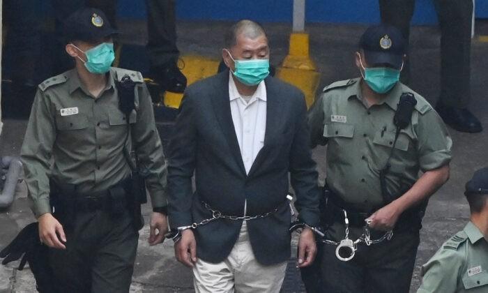 Гонконгского продемократического медиа-магната Джимми Лая ведут в суд, где ему предъявят обвинение в соответствии с введённым Пекином спорным законом о национальной безопасности, 12 декабря 2020 г. Peter Parks/AFP via Getty Images | Epoch Times Россия